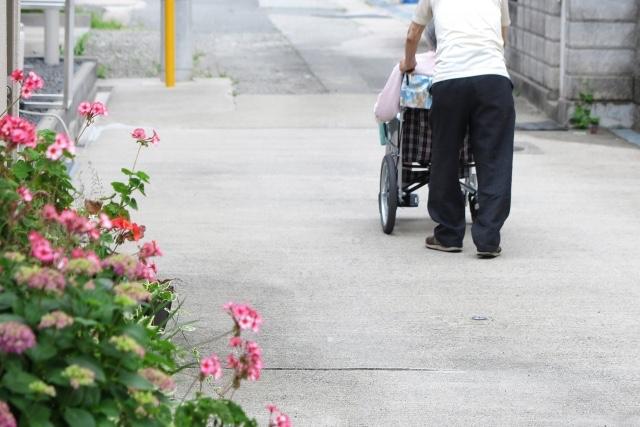 低所得(生活保護世帯)であるほどに、介護のための時間が長時間になるのは・・・
