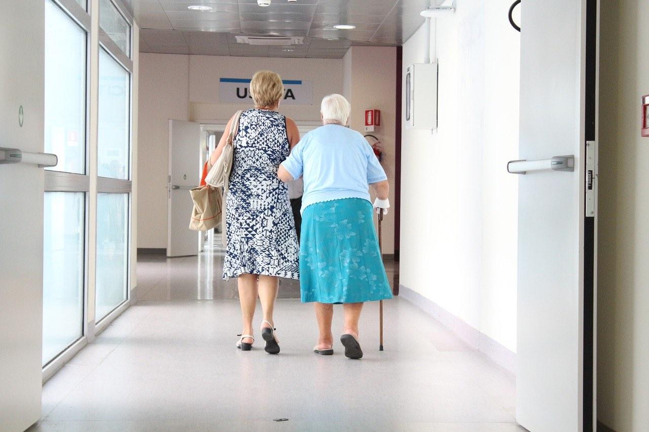 医療職と介護職が近くなる?資格取得の教育課程における共通課程が整備される見通し