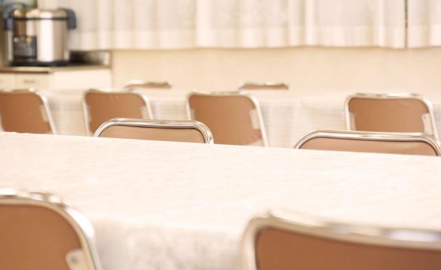 デイサービスや施設でよく見かける「机と椅子の配置」について、ふと考えてみる。